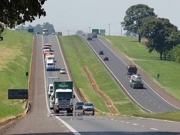 Caminhão desgovernado atropela policial rodoviário
