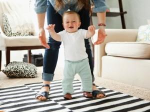 Criança aprendendo a andar