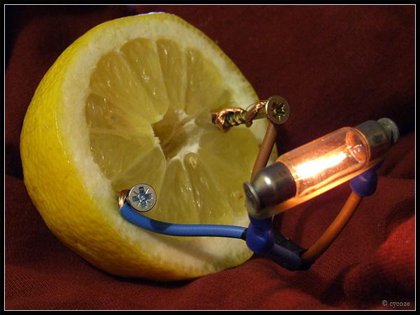 É claro que dá energia. O limão até acende uma lâmpada!