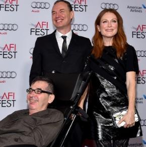 Glatzer (sentado), o marido e a triz Julianne Moore.