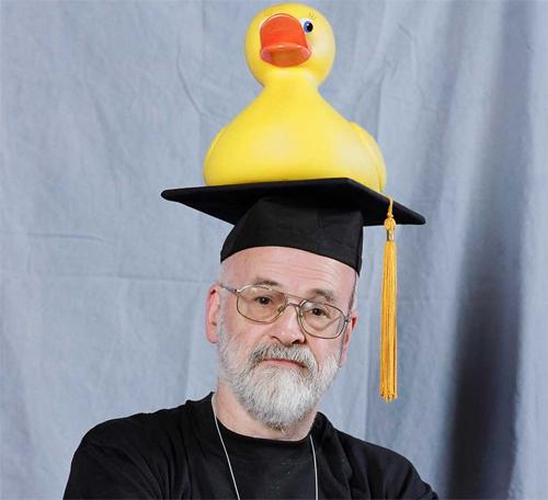 Terry Pratchett encanta gerações com sua literatura sarcástica e provocante