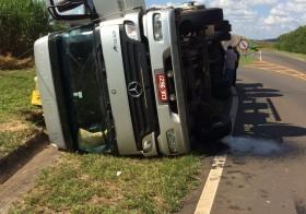 Caminhão tomba em estrada ao entrar em Rio Claro