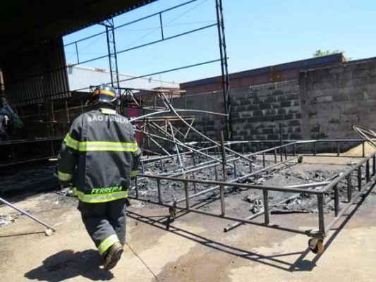 O fogo ocorreu enquanto era realizada solda do carro que tem em sua composição principal o isopor (Foto: Carine Côrrea)