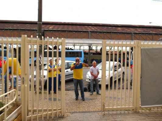 Diretor do Sintect-CAS usou um carro de som para conversar com os trabalhadores locais em frente à agência central dos Correios nessa quarta-feira (5)