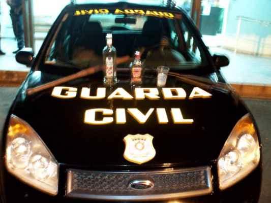 Garrafas de bebida alcoólica e copo encontrado com o contraventor no veículo (Foto cedida pela GCM)