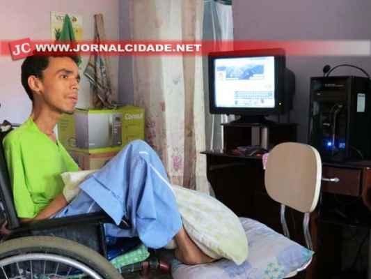 Gabriel A. de Almeida, 27 anos, é portador da Distrofia Muscular de Duchenne e mora no bairro Bonsucesso