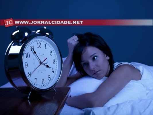 À zero hora de domingo, dia 16, os relógios devem ser atrasados em uma hora, para ás 23 horas de sábado, da 15