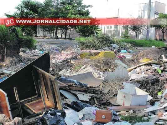 Lixo acumulado próximo ao Ribeirão Claro