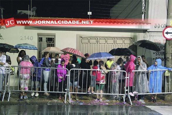 Espectadores dos desfiles das escolas de samba durante tempestade no sábado, dia 1