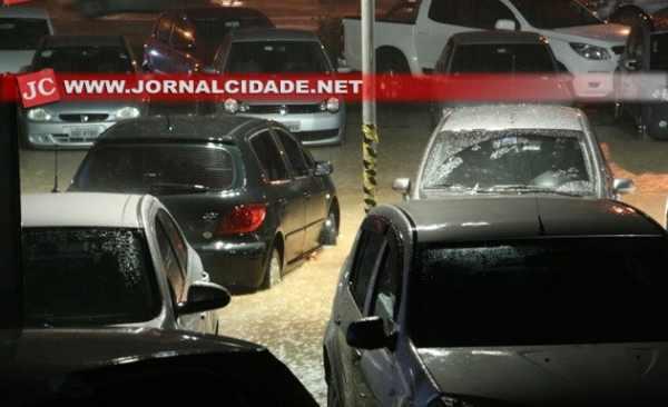 Carros no estacionamento da passarela do samba, na Rua 3-A