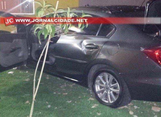 Taxista foi morto com um tiro nas costas e seu veículo invadiu uma casa antes de parar