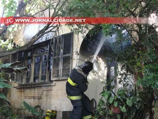 Imóveis vizinhos não foram atingidos pelo incêndio
