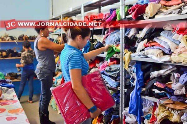 Roupas armazenadas no barracão do Fundo Social, situado no bairro Cidade Nova, na Campanha do Agasalho 2013