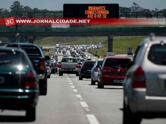 Congestionamentos já fazem parte da tradição dos feriadões (Marcelo Camargo / ABr)