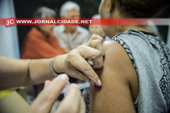 Os postos de saúde estão distribuindo a vacina gratuitamente