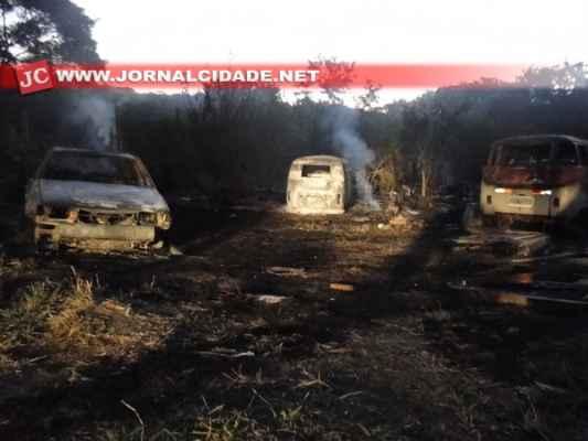 Ação pode ter sido criminosa e o morador, dono dos carros destruídos pelas chamas, estima ter um prejuízo de R$ 20 mil