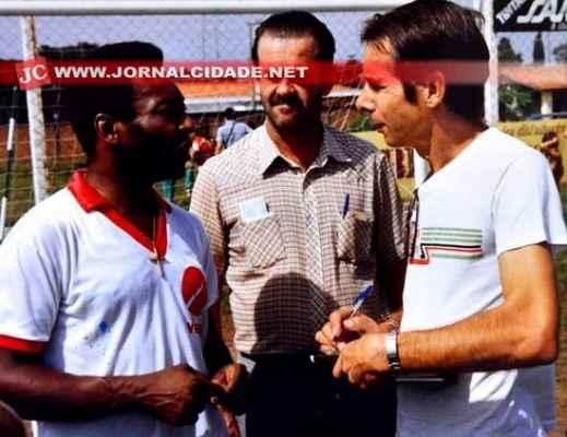 Irineu entrevista Pelé, em 1986. Ao centro, Jayme Pecorari (Foto: Arquivo JC)
