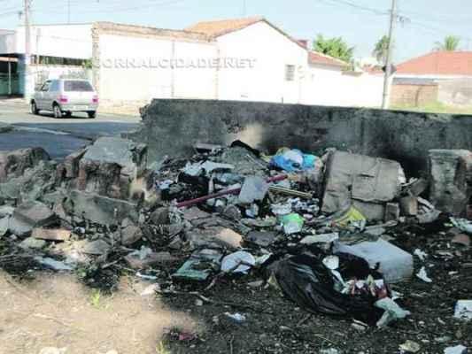 O local fica em um cruzamento e tornou-se ponto de descarte de lixo, o que tem causado desconforto aos moradores da região