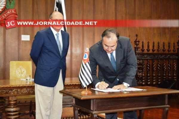 Alckmin e o secretário Fernando Grella Vieira assinaram o protocolo de intenções no Palácio dos Bandeirantes (Foto: Talita França)