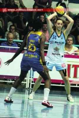 A lateral Leila Zabani tem como principal característica a infiltração, mas também os passes, promovendo o jogo coletivo