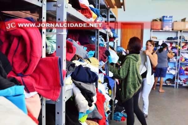 As doações estão sendo entregues a famílias carentes do município, em trabalho já iniciado no Barracão da Solidariedade