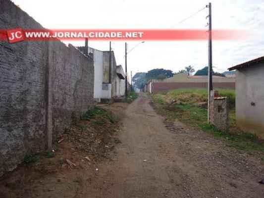 Rua sem asfalto no bairro Chácara Lusa