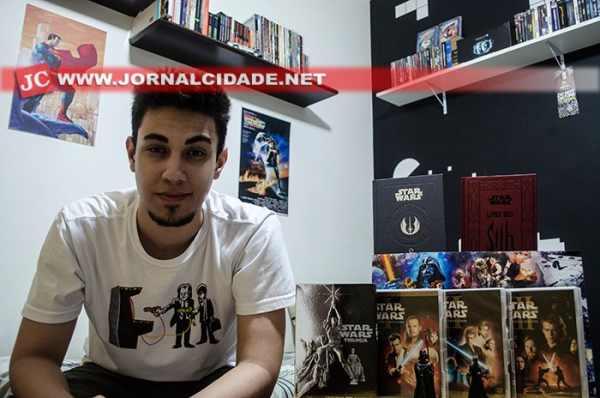 Paulo com sua coleção de filmes e coletâneas raras