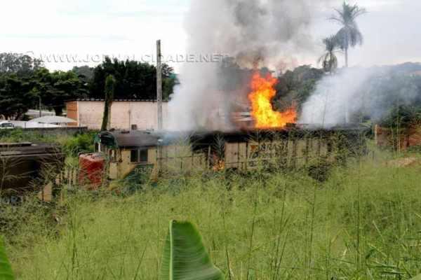 Uma composição da ALL pegou fogo por volta das 10h dessa sexta-feira (6) em Cordeirópolis