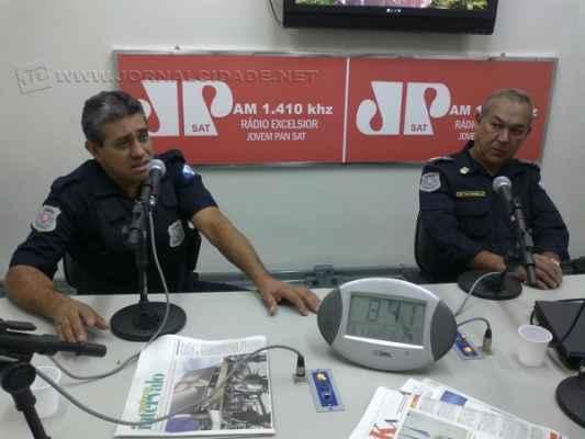 O GCM Maurício e o comandante Wladimir Walter no estúdio da Rádio Excelsior Jovem Pan