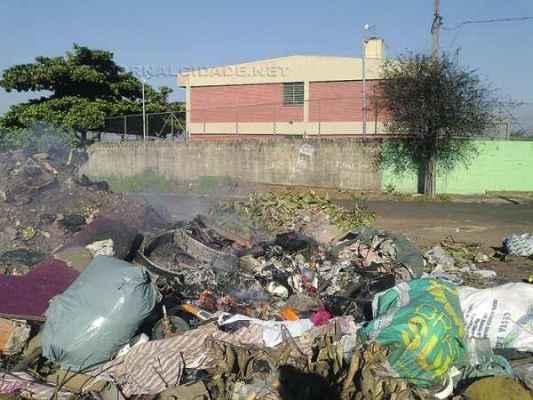 Populares atearam fogo em montes de lixo próximos de uma escola do bairro. Eram 15h30 e a unidade atingida pela fumaça estava em aula, com cerca de 200 alunos
