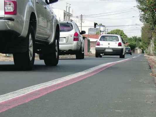 Limite de velocidade de 50 km/h é desrespeitado por alguns motoristas; situação coloca em risco a segurança do trânsito no trecho marcado por imprudências