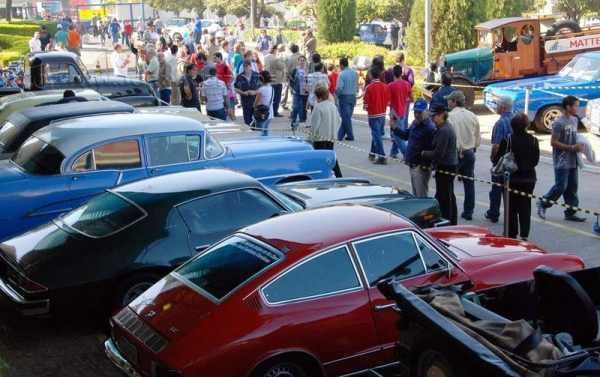 Centenas de veículos antigos estão expostos