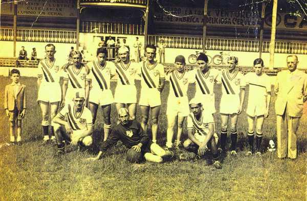 No acervo com 700 fotos expostas, a primeira é datada de 1906, o Anhangás Football Club