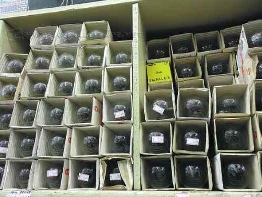 Lojas poderão vender as lâmpadas comuns de 41 a 60 watts até junho de 2015.  No entanto, a produção encerra-se neste mês