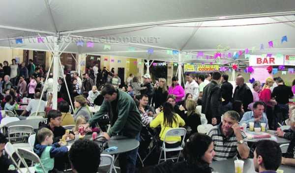 Quermesse da Paróquia Aparecida reúne barracas com comidas típicas e música ao vivo