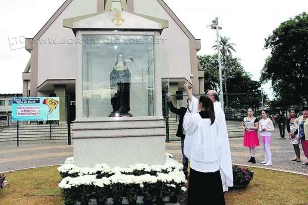 A imagem restaurada da Santa Gertrudes foi colocada em uma redoma de vidro em frente à Igreja Matriz, abençoada e entregue à comunidade