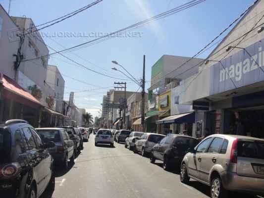 Vista da Rua 3 que já apresenta menos poluição visual com a mudança de letreiros e fachadas das lojas do local