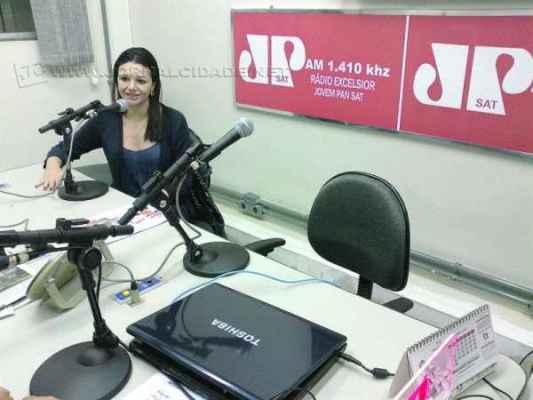 A advogada Mayra Beltrame, integrante da Comissão de Direitos Animais da OAB, no estúdio da Rádio Excelsior Jovem Pan