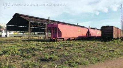 TRILHOS: pátio da ALL na região central de Rio Claro evidencia vagões que aguardam por reparos na oficina da empresa