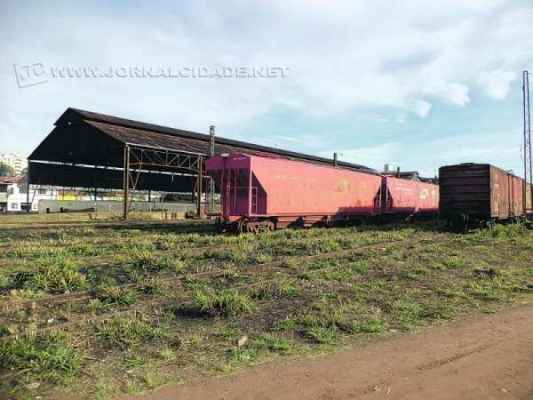 TRILHOS: pátio da América Latina Logística na região central de Rio Claro evidencia vagões que aguardam por reparos na oficina da empresa