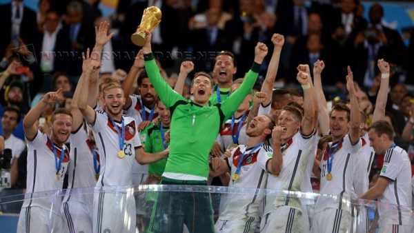 Manuel Neuer, eleito melhor goleiro da Copa, levanta a taça de campeão (Lars Baron/FIFA/Getty Images)