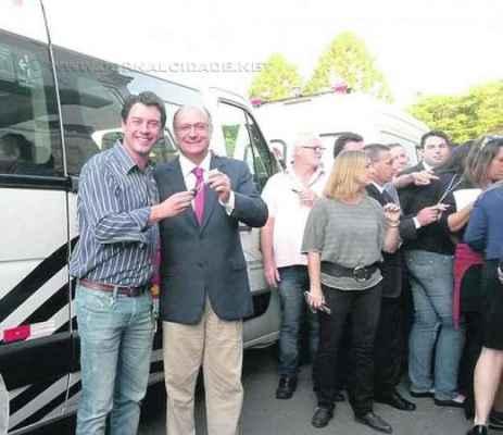 Ulson e o governador de São Paulo, Geraldo Alckmin, em encontro para entrega de van hospitalar e assinatura de convênio
