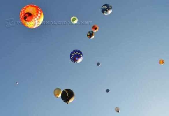 Balões sobrevoando céu de Rio Claro
