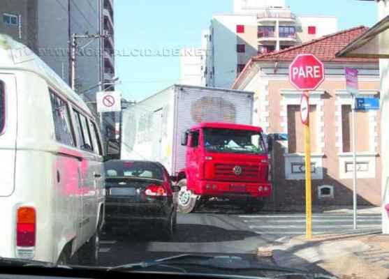 Veículo é flagrado fazendo conversão na contramão em rua movimentada da área central. Infração foi praticada na Avenida 6, no cruzamento com a Rua 6