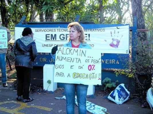 Durante a greve, funcionários da Unesp - técnicos administrativos e docentes - realizaram manifestação em frente ao campus da universidade no Bela Vista