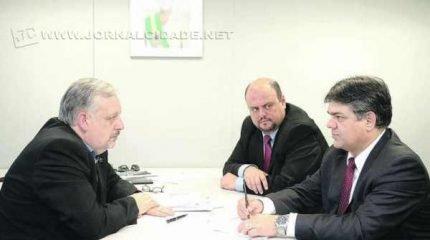 Na imagem enviada pela assessoria de imprensa de Limeira, o prefeito Hadich (PSB) com o ministro Berzoini (PT) em SP