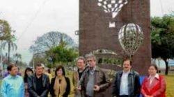 O monumento apresenta a composição de três balões de tamanhos e desenhos diferentes