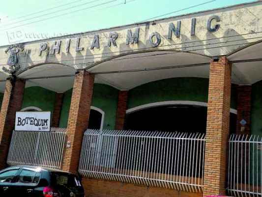 Letreiro com identificação da Sociedade Philarmônica sofre com ação do tempo e falta de manutenção há tempos