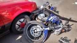 No bairro Jardim Palmeiras, um Monza ocupado por uma idosa colidiu contra uma motocicleta no cruzamento da Avenida 7