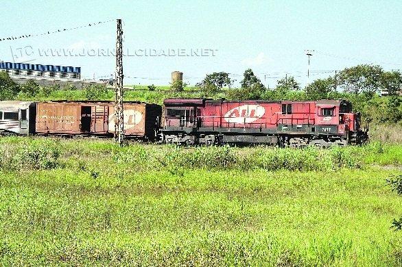Trem de transporte de carga em tráfego por linha férrea que corta Rio Claro (foto arquivo)